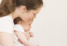 Die Mutter mit dem Baby schaut unten. Stockfotos