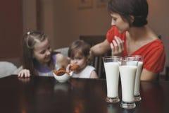 Die Mutter und die Kinder steuern automatisch an Lizenzfreie Stockbilder