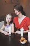 Die Mutter und die Kinder steuern automatisch an Lizenzfreie Stockfotografie