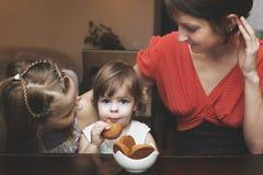 Die Mutter und die Kinder steuern automatisch an Stockfotografie