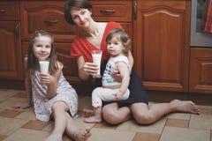 Die Mutter und die Kinder steuern automatisch an Lizenzfreies Stockfoto