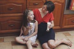 Die Mutter und die Kinder steuern automatisch an Stockbild