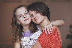 Die Mutter und die Kinder steuern automatisch an Lizenzfreies Stockbild