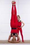 Die Mutter und Tochter, die Yoga tun, trainieren, Eignung, Turnhallensport pai Stockfotografie