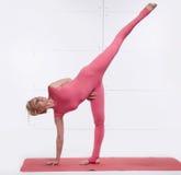 Die Mutter und Tochter, die Yoga tun, trainieren, Eignung, Turnhallensport pai Stockfoto