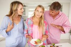 Die Muttergesellschaft, die jugendliche Tochter bilden, tun Aufgaben Lizenzfreies Stockfoto