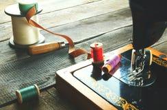 Die Nähmaschine und die Werkzeuge. Lizenzfreie Stockfotografie