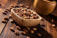 Die Nüsse auf einem hölzernen Hintergrund Stockfotos