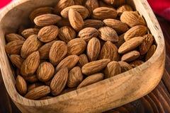 Die Nüsse auf einem hölzernen Hintergrund Stockfoto