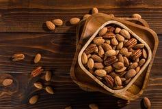 Die Nüsse auf einem hölzernen Hintergrund Lizenzfreie Stockfotografie