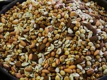 Die Nüsse verkauft in den Säcken Kerne, Mandeln, Erdnüsse, Kichererbsen, Nüsse und andere verkrustete Plätzchen stockfotos