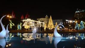 Die Nacht Baku des neuen Jahres verziert mit Licht und kopiertem Weihnachtsbaum azerbaijan stock footage