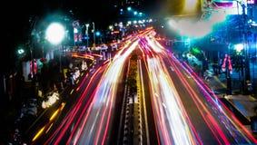 Die Nacht mit Blitz-Straße Stockbild