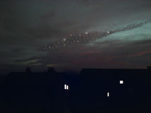 Die Nacht, sternenklarer Himmel über den Dächern Stockfoto