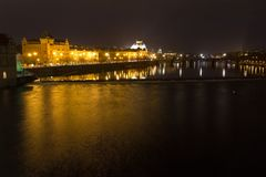 Die Nachtansicht über nationales Theater Prags mit die Moldau-Fluss, Tschechische Republik Stockfoto