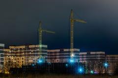 Die Nachtansicht über die Neubauten auf dem Vorort der Stadt vom Heide Stockfotografie
