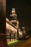 Die Nachtansicht bei Castel Sforzesco, Mailand, Italien Stockbild