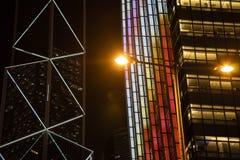 Die Nachtansicht der Gebäude in Hong- Kongzentrale stockfoto