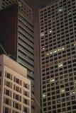 Die Nachtansicht der Gebäude in Hong- Kongzentrale stockfotografie