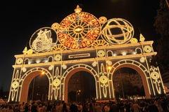 Die Nachtbeleuchtung mit Tausenden der Glühlampen vom Eingangsbogen der Messe in Sevilla, Spanien Lizenzfreies Stockfoto