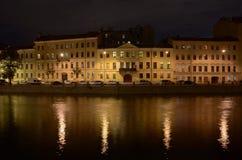 Die Nachtstadt auf einem Fluss Lizenzfreies Stockbild