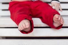 Die nackten Füße der Kinder Stockbild