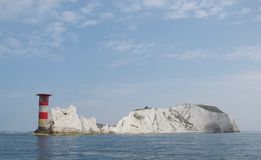 Die Nadeln, Insel von Wight: Leuchtturm, Felsen und weiße Kreideklippenküstenlinie stockfotografie