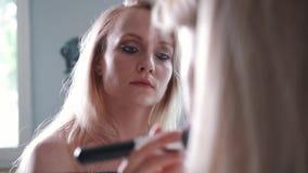 Die Nahaufnahme der Frau Kosmetik mit einem großen auftragend bilden Bürste Mädchen im Salon richten her, wenden Pulver auf der H stock footage