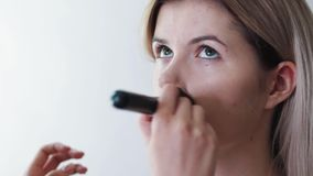 Die Nahaufnahme der Frau Kosmetik mit einem großen auftragend bilden Bürste Mädchen im Salon richten her, wenden Pulver auf der H stock video