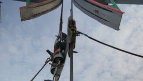 Die Nahaufnahme, die Kasten mit Personal besetzt, klettert auf Zaum zum horsehead stock footage