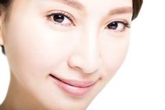 Die Nahaufnahme, die von der jungen Frau geschossen wird, mustert Make-up Lizenzfreies Stockbild