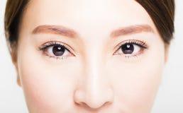 Die Nahaufnahme, die von der jungen Frau geschossen wird, mustert Make-up Lizenzfreies Stockfoto