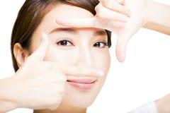 Die Nahaufnahme, die von der jungen Frau geschossen wird, mustert Make-up Stockfoto