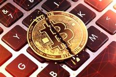 Die Nahaufnahme, die von Bitcoin geschossen wurde, spaltete sich in zwei Stücken auf Tastatur auf Cryptocurrencies verwendete für lizenzfreie abbildung
