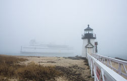 Die Nantucket-Inselfähre segelt hinter Brant Point Lighthouse im Nebel lizenzfreies stockfoto