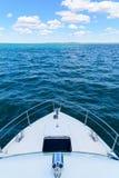 Die Nase des Bootes auf dem Wasser Lizenzfreies Stockbild