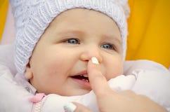 Die Nase des rührenden Babys lizenzfreie stockfotos