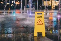 Die nasse Bodenvorsicht wird auf den nassen Boden gesetzt Lizenzfreie Stockfotos