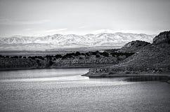 Die nassen Berge gesehen vom See-Pueblo Stockfoto