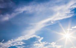Die natürlichen Blendenfleck- und ausstrahlenstrahlen in einem blauen Himmel mit Wolken Lizenzfreies Stockfoto