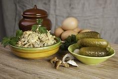 Die nationale Küche u. der Salat Lizenzfreie Stockfotos