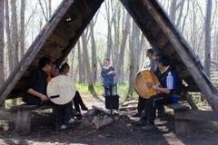 Die Nationalfeiertage 3 Leistung der Gruppe von jungem Itelmens (Kamchadals): Spielen von tambourin Stockfotografie