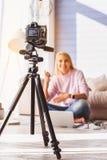 Die nette Instandhaltung der jungen Frau besitzen Blog Lizenzfreies Stockfoto