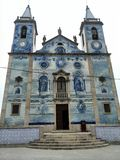Die nette portugiesische Kirche der blauen Fliesen lizenzfreies stockbild
