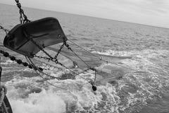 Die Netze, die darunter während der Fischerei beim Waddenzee gehen stockfoto