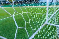 Die Netze des Fußballziels mit künstlichem Gras des Feldes stockfotos