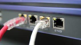 Die Netzkabel, zum von Lan-Hafen im Datacenter-Raum anzuschließen stock footage
