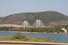 Die neue Kabelbrücke von Chalkida, Griechenland, das die Insel von Evia mit Festland Griechenland gegen einen blauen Himmel ansch stockfotografie