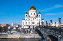 Die neue Kathedrale von Christus der Retter und die Patriarchatfußgängerbrücke über dem Moskau-Fluss in Moskau Russland Stockbilder