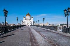 Die neue Kathedrale von Christus der Retter, wie von der Brücke über dem Moskau-Fluss angesehen moskau Russland Stockbilder